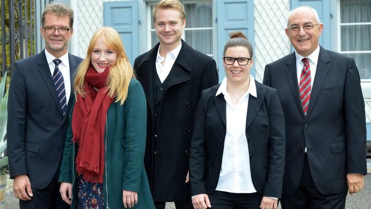 Für die drei in der Mitte gibt's jeweils 15000 Franken. Von links nach rechts: Ira May, Sven Schelker und Sandra Thalmann. Daneben stehen Herbert Kumbartzki (links), Mitglied der Geschäftsleitung, und Erich Maeer (rechts), Stiftungsratspräsident.
