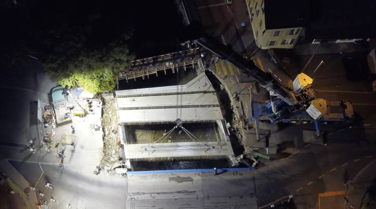 So liessen sich die bis zu 50 Tonnen schweren Betonbrückenelemente auch aus der Luft beobachten.