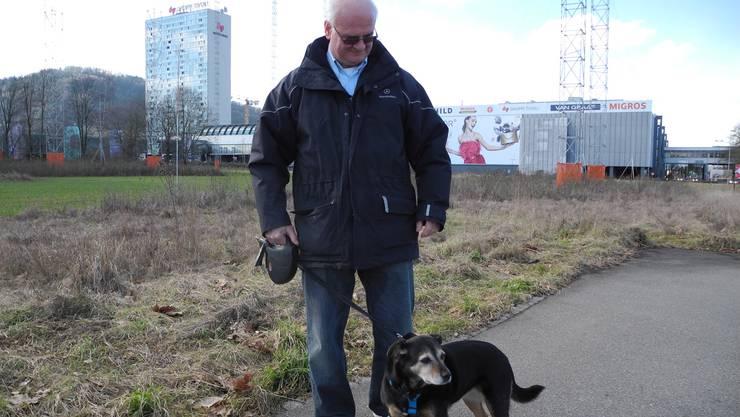 Hundehalter Rocco Ricci mit Hündin Bella an der Industriestrasse in Spreitenbach.