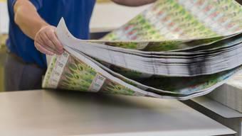 Ein Drucker bereitet Druckbögen der neuen 50er-Note für den Zuschnitt vor.