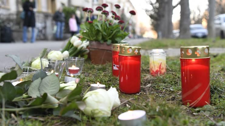 Am Tatort wurden Kerzen und Blumen niedergelegt.