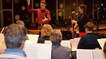 Dirigent Roland Käppeli und Solistin Heidy Huwiler während der Probe.