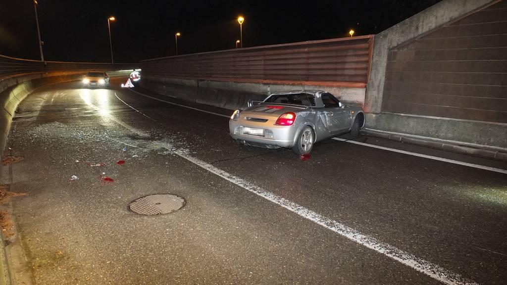 Das Unfallauto überschlug sich und kam auf der Gegenfahrbahn zum Stillstand.