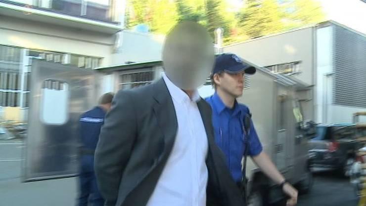 Der 29-jährige Burak auf dem Weg ins Gericht.