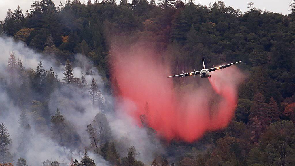 Die Brände in Kalifornien werden mit allen Mitteln bekämpft - auch aus der Luft.