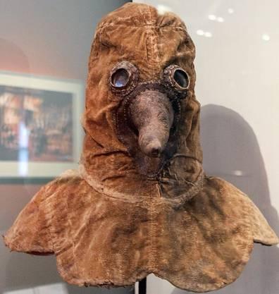 Pesthaube aus dem 17. Jahrhundert. Ärzte trugen zum Schutz vor einer Ansteckung ein Ledergewand mit Maske. Im schnabelartigen Fortsatz befanden sich Kräuter oder Essigschwämme, die die Luft «filtern» sollten.