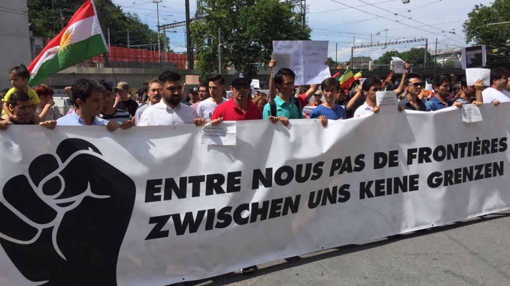 Rund 2000 Menschen haben am Samstagnachmittag in Bern für die Rechte von Sans Papiers und Flüchtlingen demonstriert.