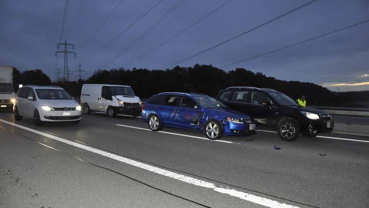 Auf der A1 kollidierten insgesamt sechs Fahrzeuge, drei davon mussten anschliessend abgeschleppt werden.