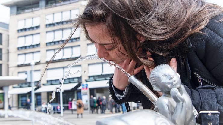 Laut einer Studie trinken 42 Prozent der Schweizerinnen und Schweizer mehrmals pro Tag Hahnenwasser. Der Grund: Der gute Geschmack.