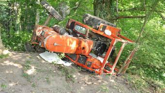 Der Traktor überschlug sich, als der Lenker die Böschung hinunterfuhr.