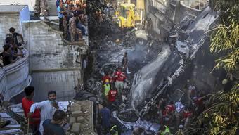 Nach dem Absturz einer Passagiermaschine in einem Wohngebiet in Pakistan ist der Flugschreiber geborgen worden.