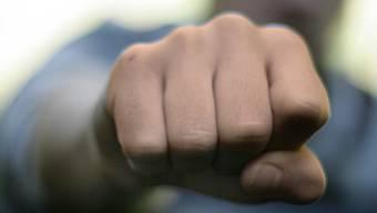 Der Mann gab an, verprügelt worden zu sein. Er erlitt Kopfverletzungen und einen Fingerbruch. (Symbolbild)