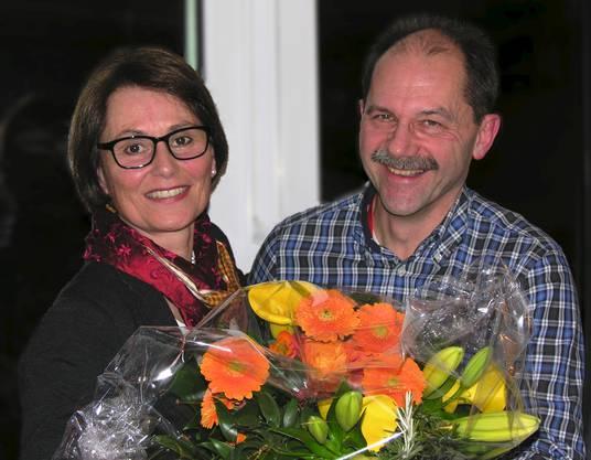 Paul Stehrenberger gratuliert Pia Siegrist nach erfolgter Wiederwahl zur Präsidentin.