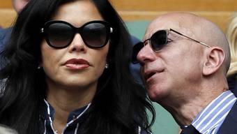 Amazon-Chef Jeff Bezos (r) schaut sich am 14. Juli 2019 in Wimbledon zusammen mit seiner neuen Lebensgefährtin, der US-Nachrichtensprecherin Lauren Sanchez, das Endspiel zwischen den Tennisstars Novak Djokovic und Roger Federer an.