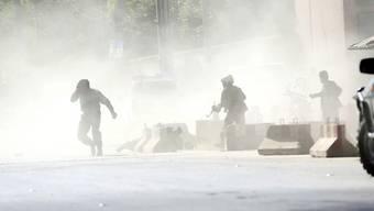 Sicherheitskräfte in Kabul während der Explosion einer zweiten Bombe (Aufnahme vom Doppelanschlag am 30. April 2018).