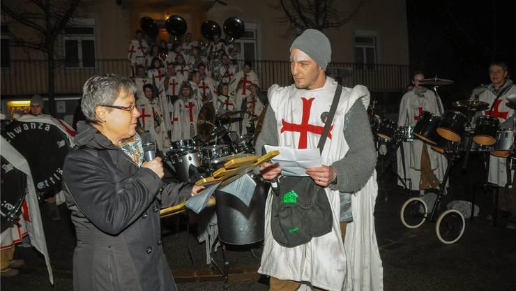 Gemeindepräsi Barbara Leibundgut übergibt Macht und Schlüssel Yves Cutrona von den Krachwanzä.