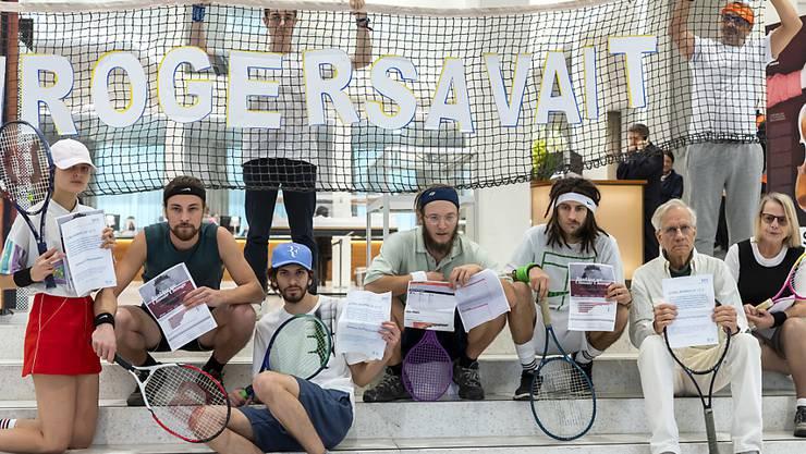 """Als Tennisspieler verkleidete Umweltaktivisten protestierten im November 2018 in Lausanne, Genf und Basel gegen die """"klimaschädliche Investitionspolitik der Schweizer Grossbanken"""". Im Bild die Aktion bei der Credit Suisse in Genf. (Archivbild)"""