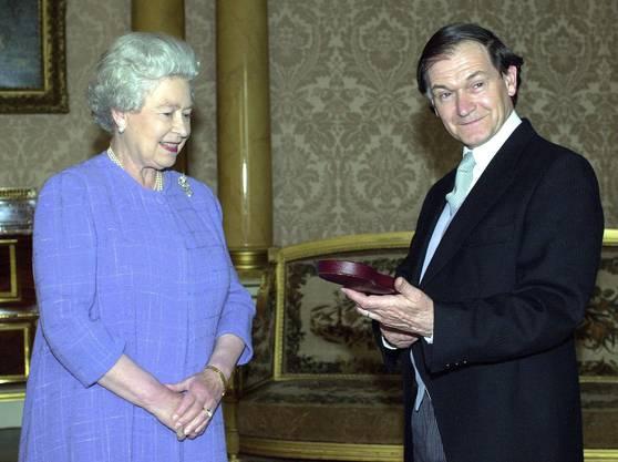 Im Jahr 2000 schlug die Queen Elizabeth Roger Penrose zum Ritter.