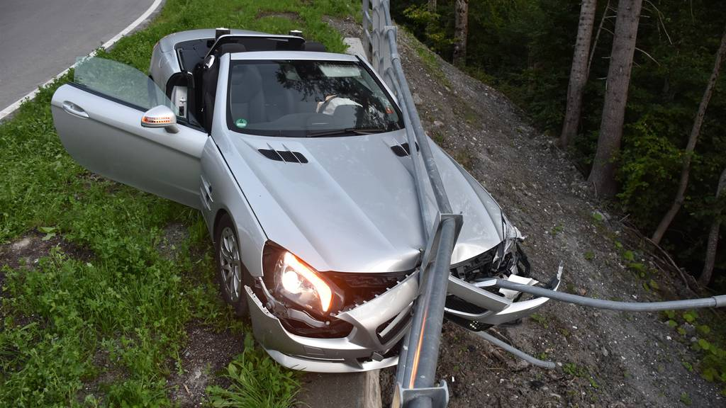 69-Jähriger quetscht sein Cabriolet durch Strassenzaun