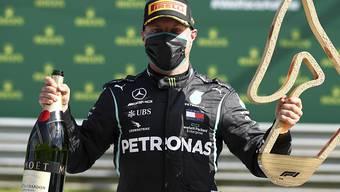 Valtteri Bottas mit Mundschutz, Champagner und Siegertrophäe: Der Finne feierte im Mercedes beim Saisonauftakt der Formel 1 in Spielberg einen überlegenen Start-Ziel-Sieg