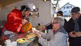 Marcel Wey bedient eine Kundin mit der feinen Sarmenstorfer Mehlsuppe.