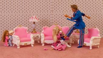 Ken kickt Barbie: Dieses Bild wurde in einer Kunstgalerie im Nordosten Englands gezeigt. Es musste abgehängt werden, weil es Kinder verstören könnte.Bild: zvg