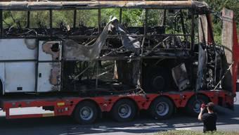 Der vom Anschlag zerstörte Bus wird abtransportiert (Archiv)