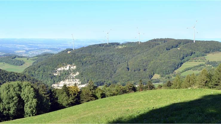 Die Visualisierung der Windpark Burg AG – hier der Blick über das Gebiet ins Fricktal im Hintergrund – zeigt, wie die fünf Windenergieanlagen dereinst aussehen könnten. Visualisierung CSD Ingenieure