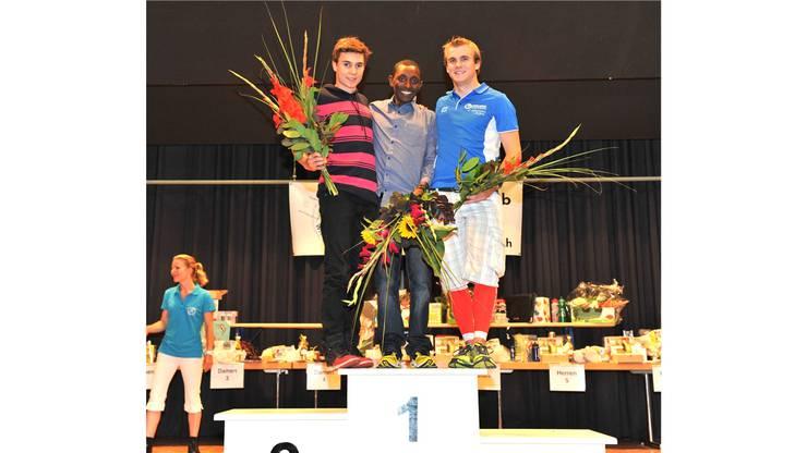 Tagessieger Nesero Kadi (Mitte), Yannick Wyss (links) und Jonas Mosimann (rechts) bei der Siegerehrung der Männer 20.