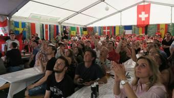 Fieberten vier Wochen mit ihren Helden mit: Die Limmattaler Fussballfans hier auf dem Geistlich-Areal in Schlieren.