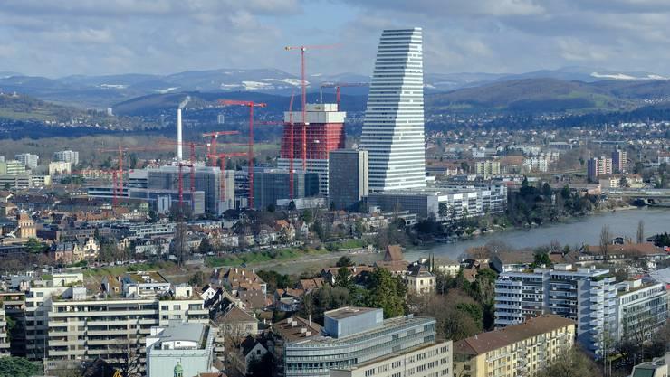 Der Roche-Turm in Basel steht auch sinnbildlich für die Grösse des Konzerns im Vergleich zur Schweizer KMU-Landschaft.