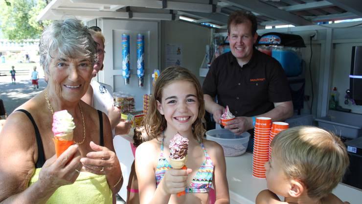 Andrée Kamber aus Bellach und Enkelin Olivia freuen sich aufs Eis von Jürg Jäggi