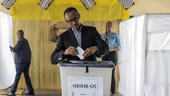 Ruandas Präsident Paul Kagame gibt in Kigali seine Stimme ab - die Mehrheit hat zu seinen Gunsten entschieden.