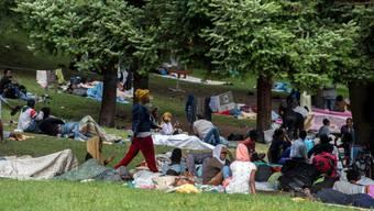 Flüchtlinge aus Eritrea in einem Park von Como. (Archivbild)