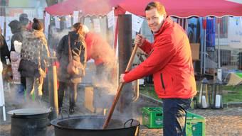 André Wunderlin, der den Club in diesem Jahr präsidiert, rührt das Gulasch am Weihnachtsmarkt in Frick. Wendel Hilti