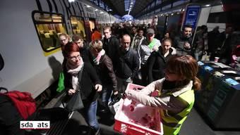 Nach über viertägigem Unterbruch verkehren die Züge im Bahnhof Luzern wieder nach Fahrplan. Die Reparaturarbeiten nach der Entgleisung eines Eurocity-Zugs vom Mittwoch konnten in der Nacht auf Montag abgeschlossen werden. Die SBB bedankte sich bei den Pendlern mit Schokoladenherzen, die am Bahnhof verteilt wurden.