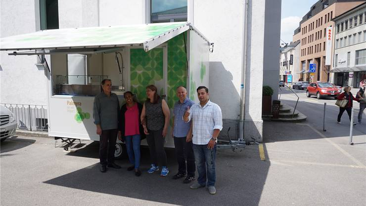 Von links: George, Lucia, Majida, Markus Zogg und Ihab posieren vor ihrem neuen Imbisswagen in der Bahnhofstrasse.