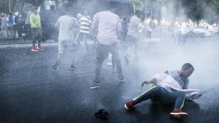 Wasserwerfer gegen Migranten auf der Piazza dell' Indipendenza in Rom.ANGELO CARCONI/EPA/KEY