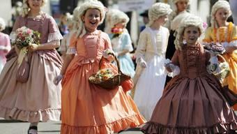 Kinder präsentieren zum Auftakt des Zürcher Sechseläuten phantasievolle Kostüme