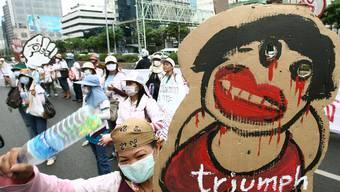 Entlassene Triumph-Angestellte demonstrieren in Thailand.