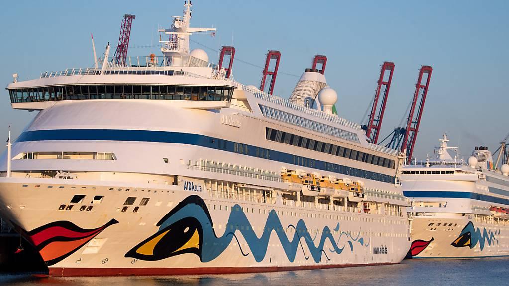 Aida stellt wegen der anhaltenden Coronapandemie die Fahrten noch länger ein als geplant. Im Bild die beiden Aida-Schiffe «Aidaaura» und «Aidacara», die am Kreuzfahrt-Terminal Steinwerder angelegt haben. (Symbolbild)