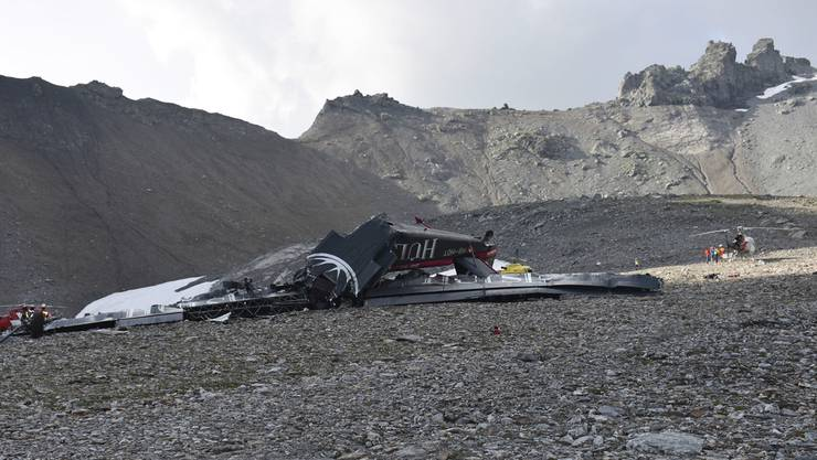 Das Foto der Kantonspolizei Graubünden zeigt das Wrack.