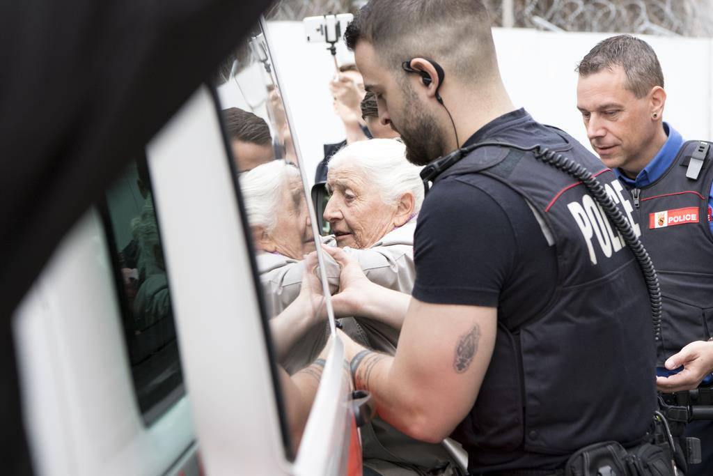 86-Jährige besprayt eine Gebäudeabschrankung der SNB