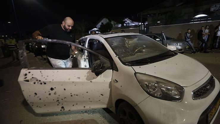 Splitter von einer aus dem Gazastreifen abgefeuerten Rakete beschädigten in der israelischen Stadt Sderot unter anderem ein Auto.