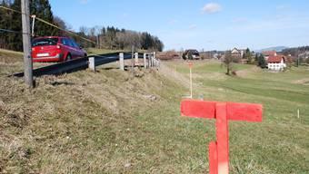 Ausgesteckt: Die Linienführung des geplanten Radweges, hier bei Wallenschwil, ist mit farbigen Pflöcken markiert. ES
