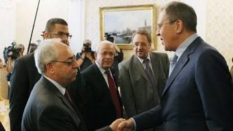 Sergej Lawrow (r.) begrüsst Abdel Basset Sajda