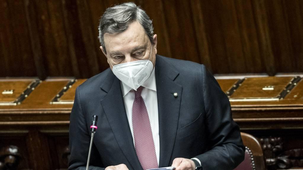 Der italienische Ministerpräsident Mario Draghi spricht vor der Abgeordnetenkammer bei der Vorstellung des nationalen Konzepts für den Corona-Wiederaufbauplan der EU. Foto: Roberto Monaldo/LaPresse via ZUMA Press/dpa