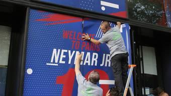 Emsig bereiten sich die Pariser auf den Empfang des brasilianischen Superstars Neymar vor.