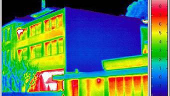 Das Wärmebild zeigt rot die Wärmeverluste.