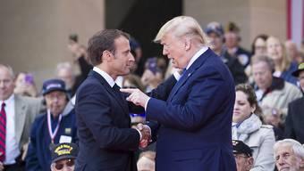 US-Präsident Donald Trump attackiert Frankreichs Präsident Emmanuel Macron wegen der Einführung einer neuen Steuer in Frankreich und kündigte unter anderem Strafzölle auf den Import französischer Weine an. (Archivbild)